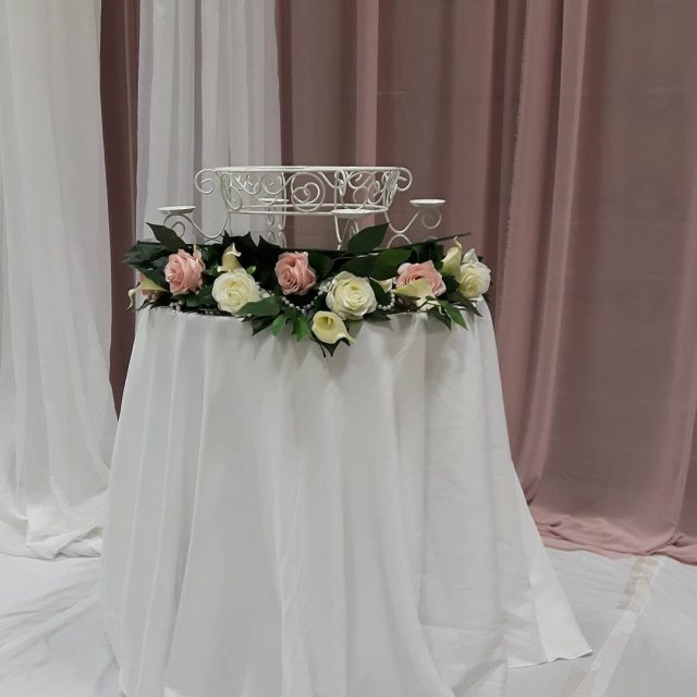 Cake table with flower base